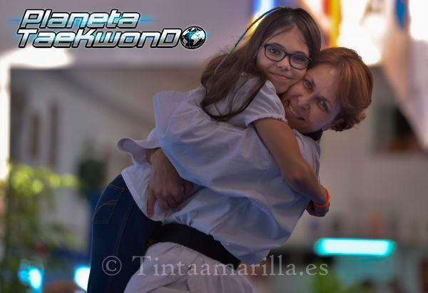 Rosi García, cinturón negro quinto dan, abrazada a su pequeña Paula (C. Torres)